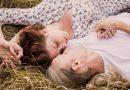 Szerelmes pár hever a fűben